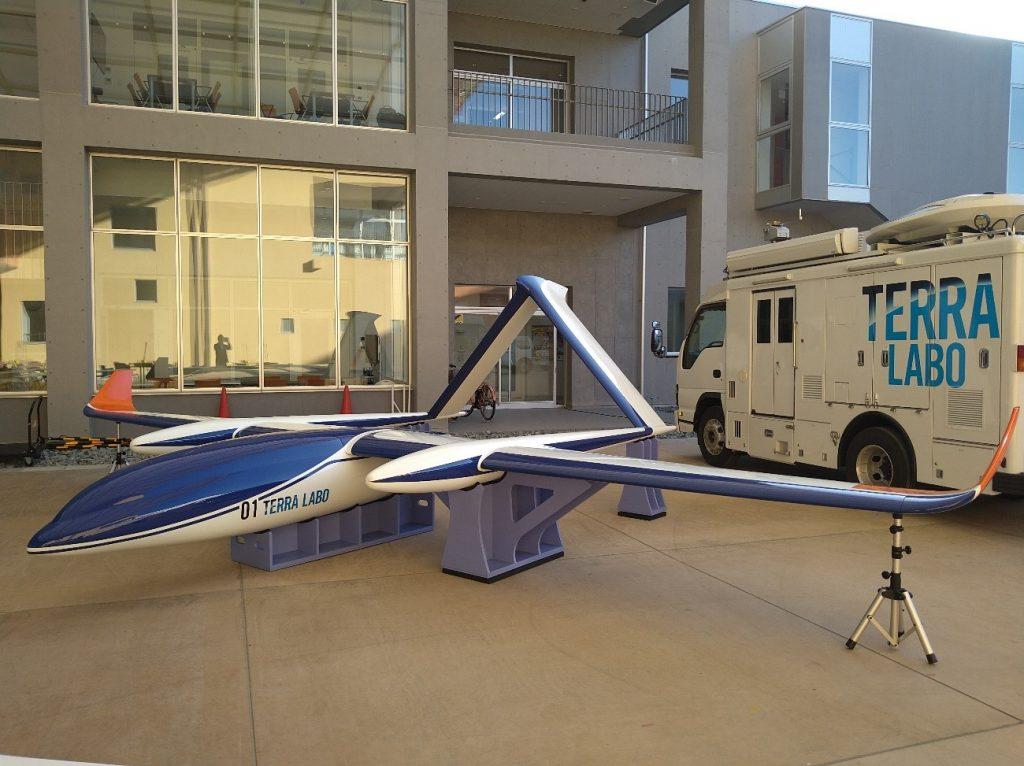 長距離無人航空機(実寸大モックアップ)と車両型地上支援システム